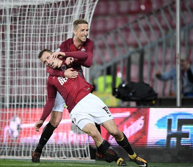 Marc Janko (vzadu) gratuluje Lukáš Štetinovi, autorovi třetího gólu Sparty proti Baníku.