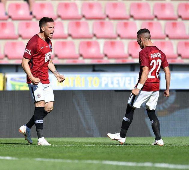 Srbský fotbalista Mihailo Ristič (vlevo) oslavuje s krajanem Srdjanem Plavšičem svůj gól proti Lubinu.