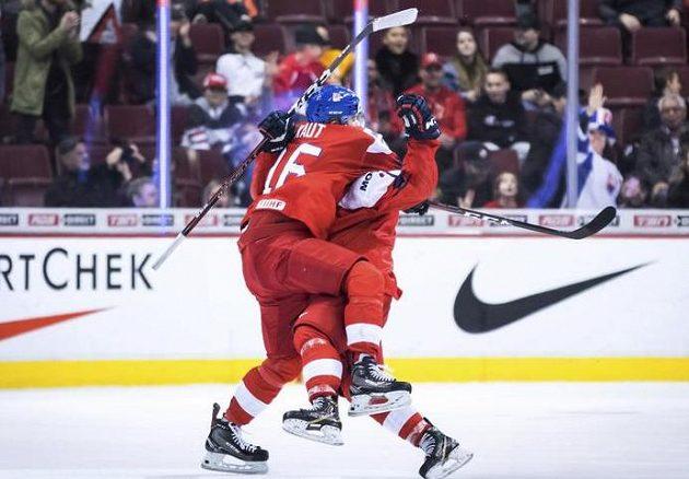 Je to tam. Česká hokejová dvacítka vyhrála na mistrovství světa nad Švýcarskem. Na snímku slaví autor vítězného gólu David Kvasnička a jeho asistent Martin Kaut.