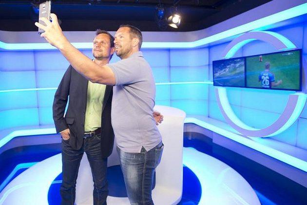 Komentátor Petr Svěcený a Pavel Horváth si pořizují selfie ve studiu nového kanálu O2 Sport.