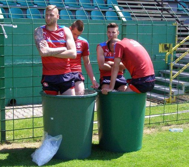 Brankář české fotbalové reprezentace do 21 let Lukáš Zima na mistrovství Evropy v Polsku v kádi s ledovou vodou v rámci regenerace.