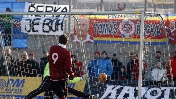 Sparťan Baranek dává gól slávistickému brankáři Vorlovi během silvestrovského derby.