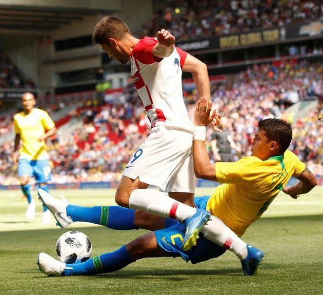 Chorvat Andrej Kramarič se snaží obejít Brazilce Thiaga Silvu.