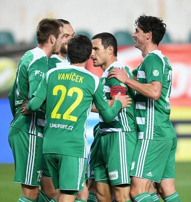 Fotbalisté Bohemians se radují z Hronkova gólu v utkání s Teplicemi.