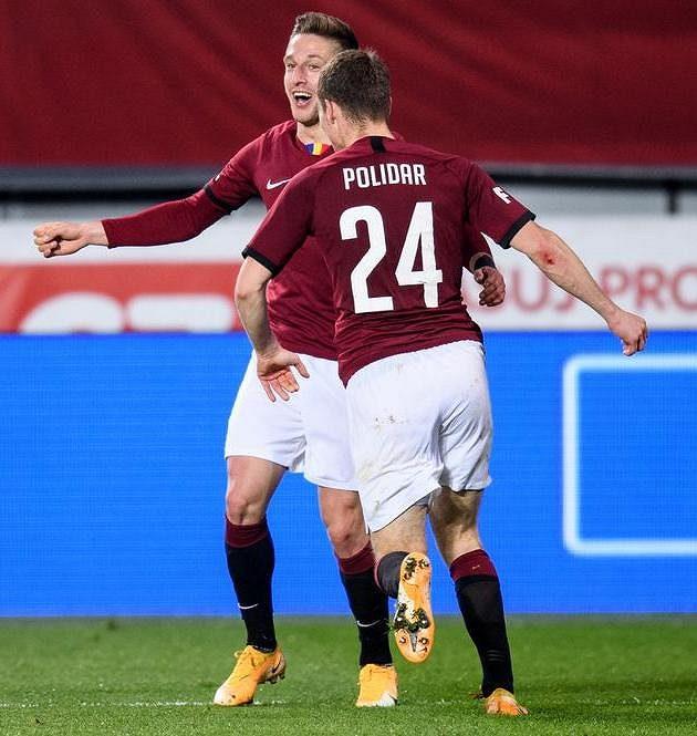 Fotbalisté Sparty Praha Matěj Polidar a Tomáš Wiesner oslavují gól na 1:0 během utkání se Slováckem.