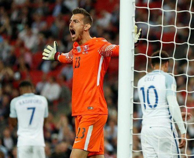 Slovenský gólman Martin Dúbravka se zlobí při utkání fotbalové kvalifikace o postup na MS 2018 na půdě Anglie.