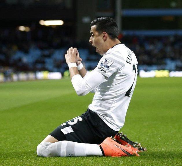 Argentinský stoper Evertonu Ramiro Funes Mori slaví svůj gól.