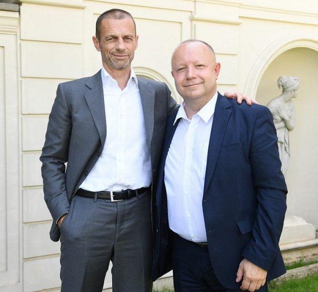 Předseda FAČR Petr Fousek (vpravo) s předsedou UEFA Aleksanderem Čeferinem v Římě ve Ville Manini.