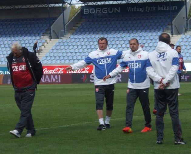 Zleva zadumaný konzultant Karel Brückner, trenér Pavel Vrba a jeho asistent Zdeněk Svoboda.