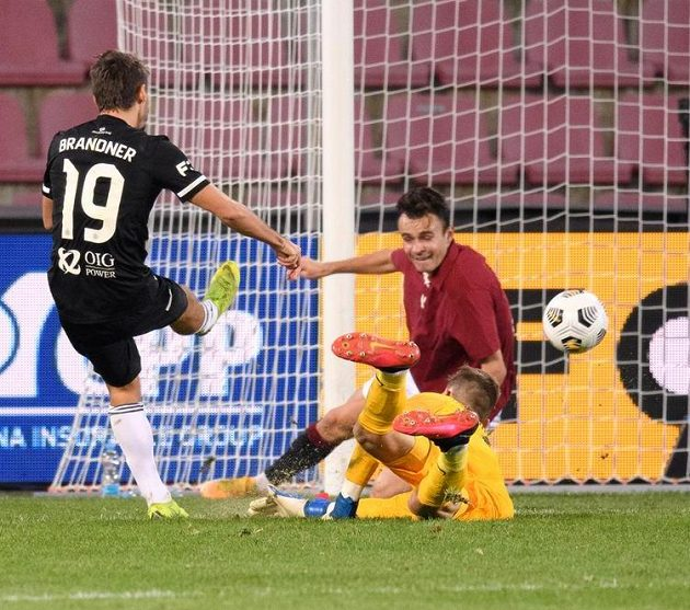 Patrik Brandner z Českých Budějovic střílí gól na 4:2 na Spartě.