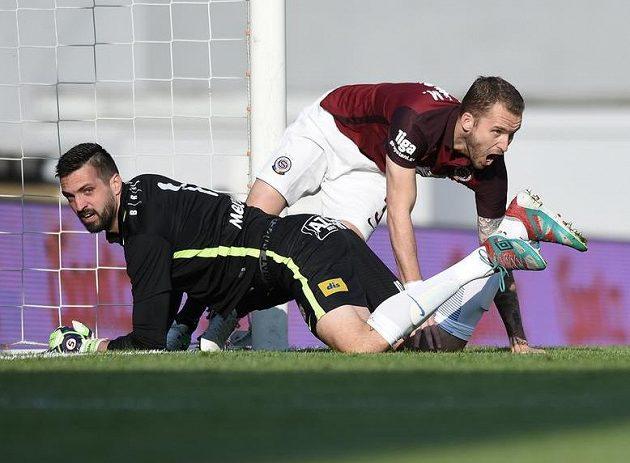 Michal Kadlec (vpravo) ze Sparty se raduje z úvodního gólu. Naopak brankář Brna Dušan Melichárek smutní.