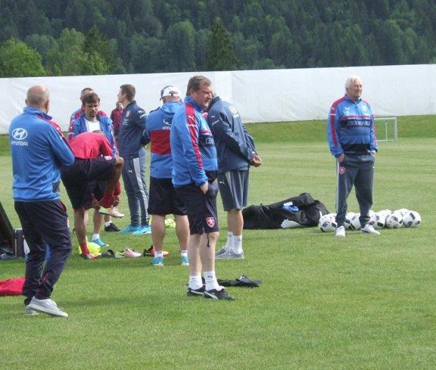 Trenér Pavel Vrba (v popředí) a jeho poradce Karel Brückner (vpravo) na úterním tréninku v Kranzachu.