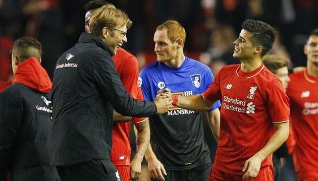 Liverpoolský kouč Jürgen Klopp (vlevo) a Joao Carlos Teixeira jásají po pohárovém utkání, uprostřed Shaun MacDonald z Bournemouthu.