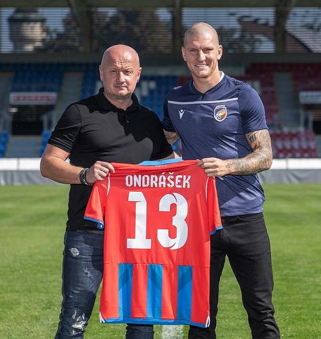 Fotbalový útočník Zdeněk Ondrášek podepsal s Viktorií tříletou smlouvu. Vlevo je generální manažer klubu Adolf Šádek.