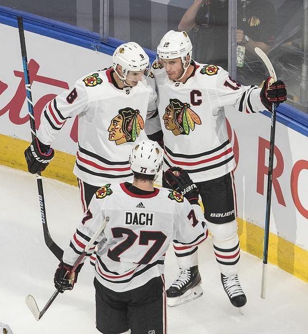 Radost hokejistů Chicaga Blackhawks. Dominik Kubalík (8) Jonathan Toews (19) a Kirby Dach (77) slaví gól v utkání proti Edmontonu.