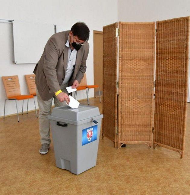 Hlasování o předsedovi FAČR...