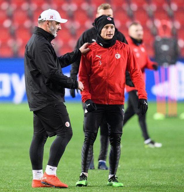 Trenér Slavie Jindřich Trpišovský a Vladimír Coufal během tréninku před utkáním Ligy mistrů s Interem.