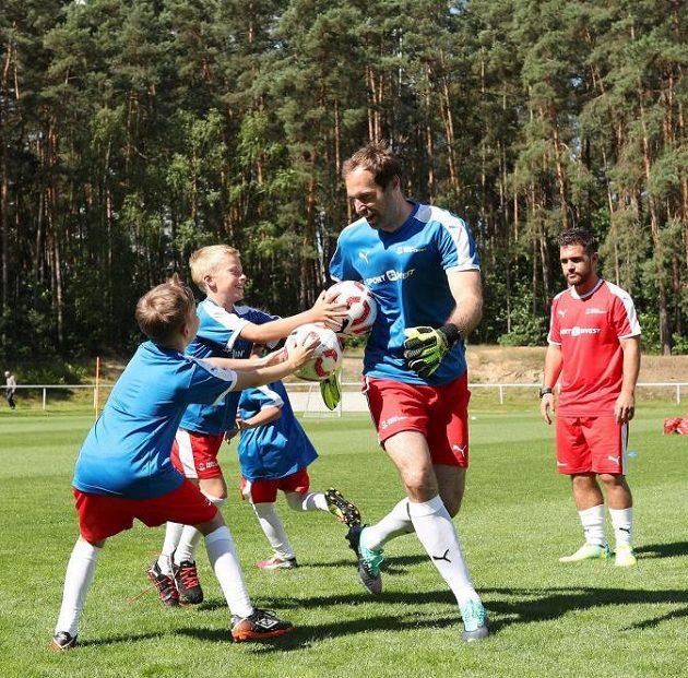 Děti si trénink s Petrem Čechem náležitě užily.