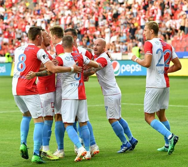 Slávisté oslavují Škodův gól z penalty proti Karviné.
