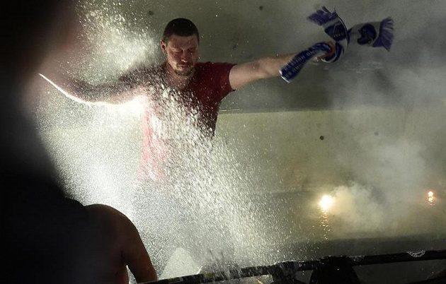 Hasiči stříkají vodu do sektoru fanoušků Brna, kteří v závěru zápasu hokejové extraligy použili pyrotechniku.