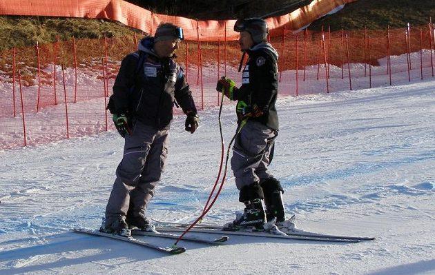 Tomáš Bank (vlevo) s Ondřejem Bankem při prohlídce trati před pátečním závodem super-G ve Val Gardeně.
