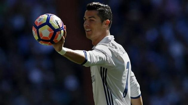 Hvězda Realu Madrid Cristiano Ronaldo s míčem během derby s Atlétikem.