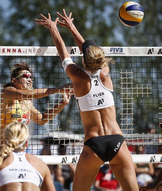 Nizozemská reprezentantka Flierová se snaží zablokovat smeč při souboji s týmem Číny.