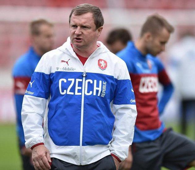 Trenér Pavel Vrba během tréninku české fotbalové reprezentace před utkáním ve Finsku.