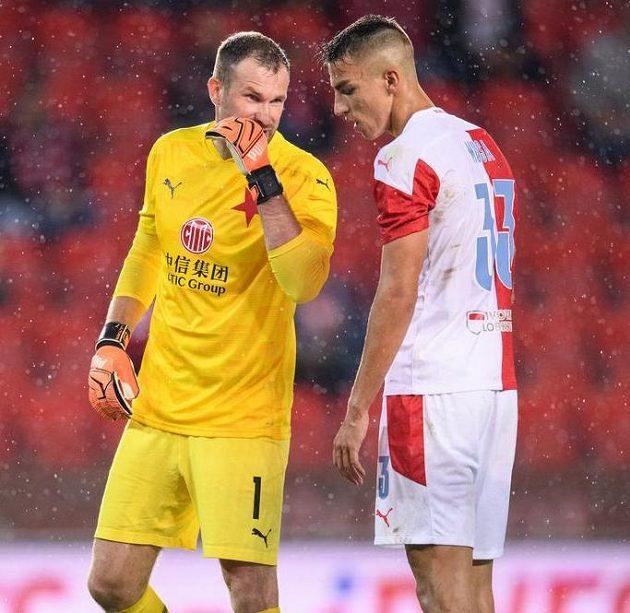 Brankář Slavie Praha Ondřej Kolář a Petar Musa před penaltou.