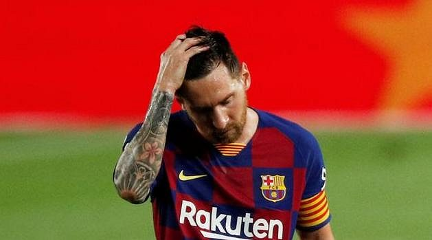 Smutný Lionel Messi z Barcelony. Titul je pryč.
