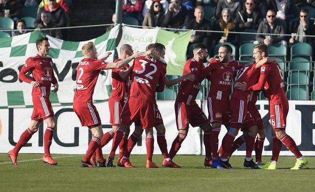 Hráči Olomouce se radují z gólu, který vstřelil Martin Sladký.