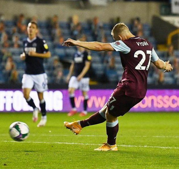 Matěj Vydra z Burnley dává gól proti Millwallu.
