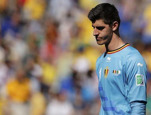Zklamaný belgický brankář Thibaut Courtois po proměněné penaltě Alžířana Fighúlího.