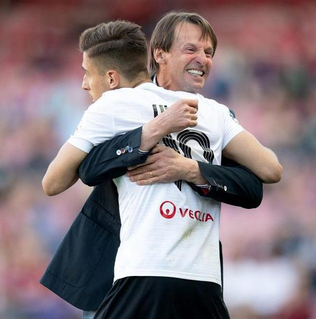 Trenér Karviné František Straka a Ondřej Lingr oslavují vítězství 3:1 na hřišti Sparty v první fotbalové lize.