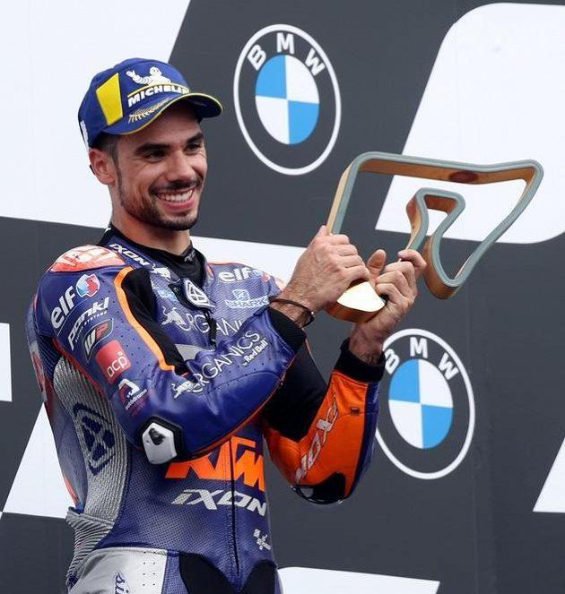 Miguel Oliveira s trofejí pro vítěze.