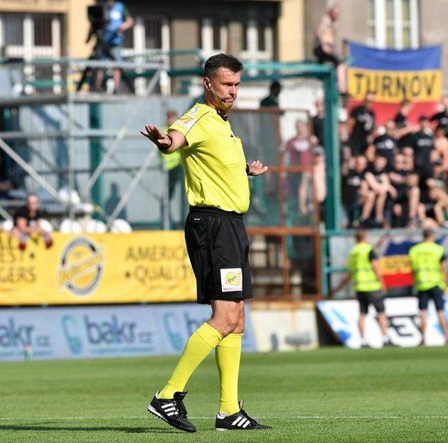 Hlavní rozhodčí Pavel Franěk na základě přezkoumání u videu odvolává penaltu pro Spartu.