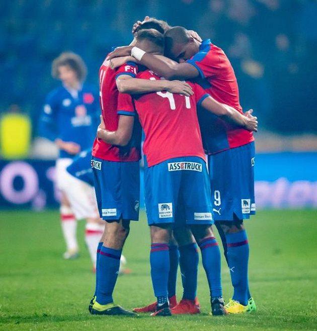 Fotbalisté Viktorie Plzeň oslavují vítězství nad Slavií.