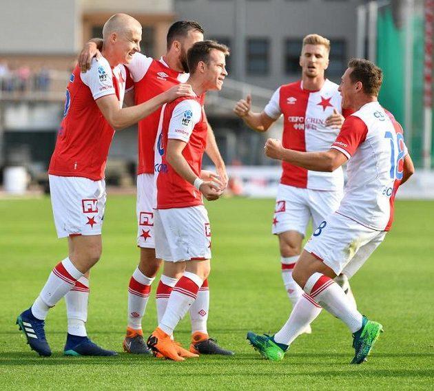 Slávisté slaví úvodní gól v utkání na Julisce (střelec Jan Sýkora je třetí zleva).