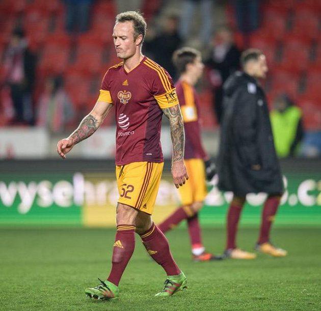 Obránce Dukly Praha Martin Jiránek odchází do šatny.