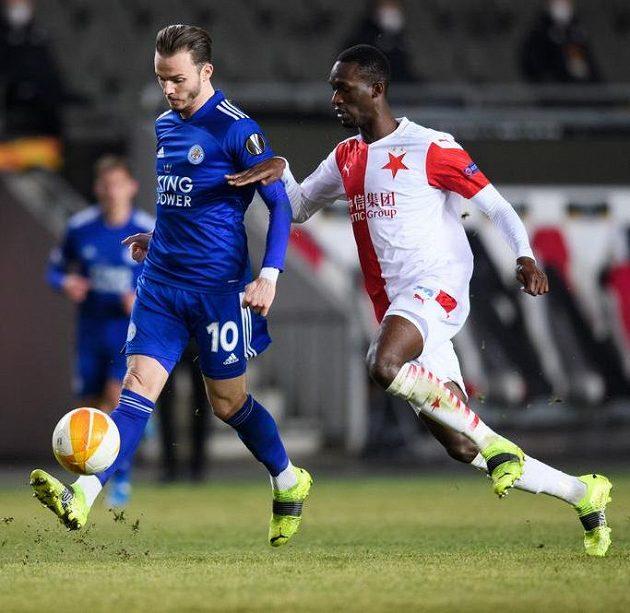 James Maddison z Leicesteru a Abdallah Sima ze Slavie během utkání vyřazovací části Evropské Ligy.