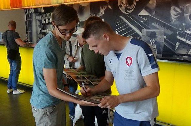 Záložník Jakub Jankto se podepisuje jednomu z lovců autogramů po příjezdu české fotbalové reprezentace do 21 let na ME do Polska.