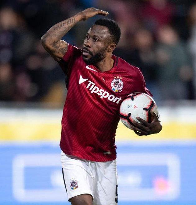 Guelor Kanga ze Sparty Praha oslavuje gól z penalty na 1:1 v utkání proti Sigmě Olomouc. To ještě netušil, že za chvíli si kopne penaltu znovu.