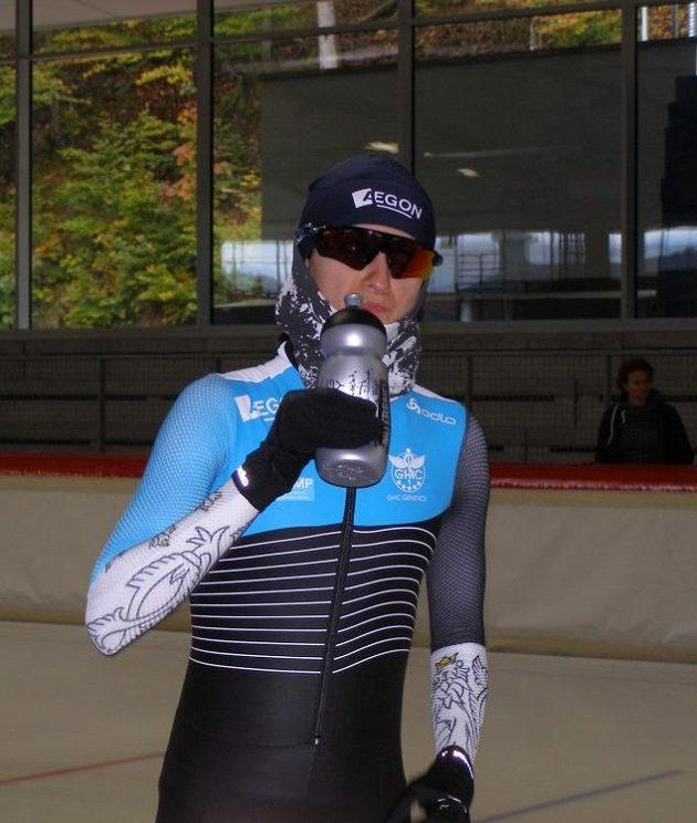 Martiná Sáblíková se občerstvuje během tréninku.