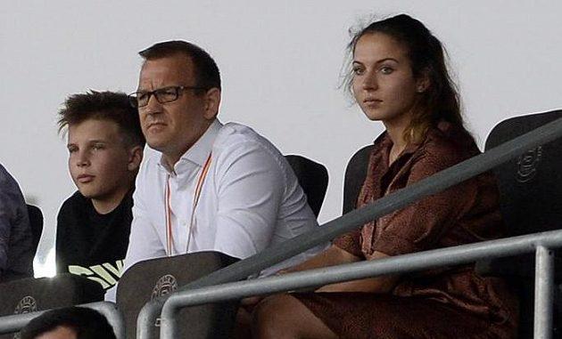 Šéf fotbalové Sparty Daniel Křetínský (v bílém) a Anna Kellnerová v hledišti.