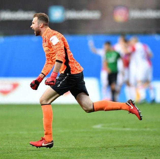 Brankář Slavie Ondřej Kolář se raduje z prvního gólu.