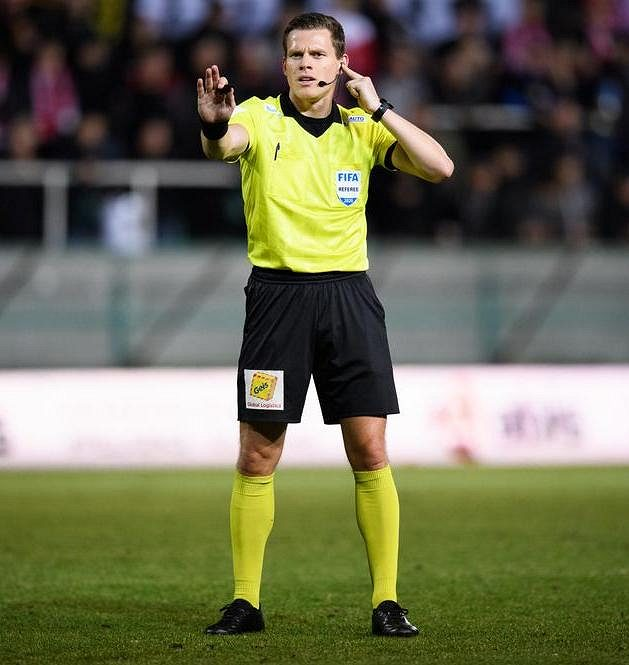 Rozhodčí Pavel Rejžek během vršovického derby posuzoval s pomocí videa několik situací.