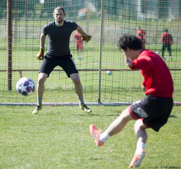 Fotbalisté druholigových Pardubic Marek Boháč (vlevo) a I Sang-hjok při tréninku.