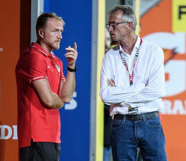 Miloslav Machálek (vpravo) a asistent Richard Dostálek během utkání se Spartou.