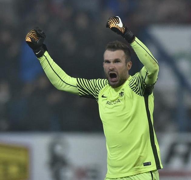 Liberecký brankář Ondřej Kolář se raduje v derby s Jabloncem.