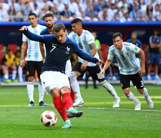 Francouz Antoine Griezmann proměňuje penaltu proti Argentině.
